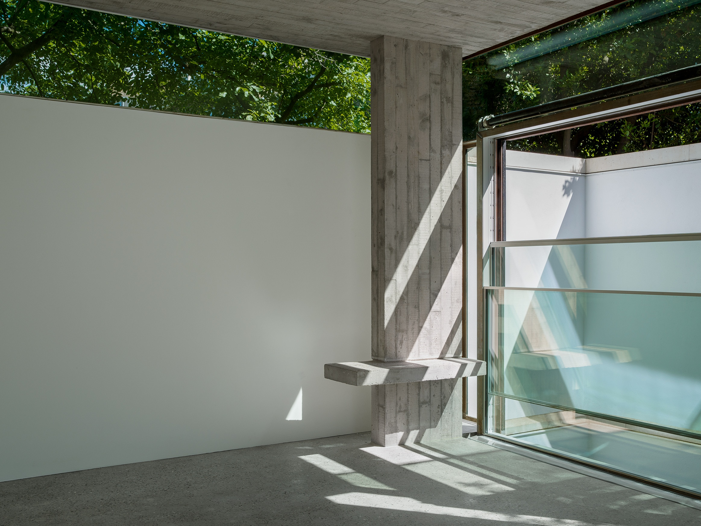 Sophie Hicks Architects. 1A Earl's Court Square. The structural frame is in exposed concrete